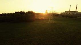 Machtslijnen bij zonsondergang Thermische elektrische centrale stock video