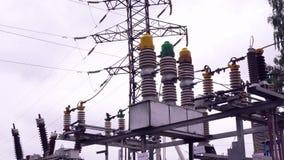 Machtslijnen en elektrische polen Kader Lijnen met hoog voltage tegen achtergrond van elektrodistributieposten stock video