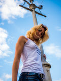 Machtslijnen en jonge vrouwen tegen een blauwe hemel Stock Foto's