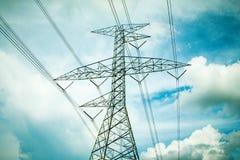 Machtslijnen met hoog voltage Stock Foto's