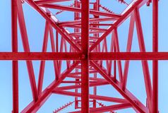 Machtslijnen met hoog voltage, bodemmening De rode post van de elektriciteitsdistributie stock fotografie