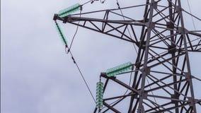 Machtslijnen met hoog voltage De metaalbouw houdt de draden Getelegrafeerde Industrie Gevaar Vernieuwbare energie stock footage