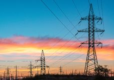 Machtslijnen met hoog voltage De post van de elektriciteitsdistributie Toren van de hoogspannings de Elektrische Transmissie Elek royalty-vrije stock foto