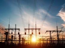 Machtslijnen met hoog voltage De post van de elektriciteitsdistributie Toren van de hoogspannings de Elektrische Transmissie Dist stock fotografie