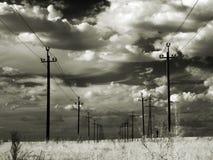 Machtslijnen met hoog voltage in de steppe. Infrarood. Stock Afbeeldingen