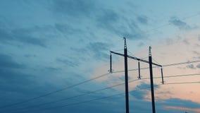Machtslijnen met hoog voltage tegen de hemel en de wolken, Time lapse stock videobeelden
