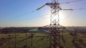 Machtspyloon met hoog voltage stock footage