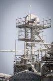 Machtsraffinaderij, pijpleidingen en torens, zware industrieoverzicht Stock Afbeelding