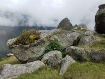 Machu dramático Picchu nas nuvens fotografia de stock