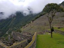 Machu drammatico Picchu nelle nuvole immagine stock