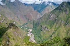 MACHU PICCHU, ΠΕΡΙΟΧΉ CUSCO, ΤΟΥ ΠΕΡΟΎ 4 ΙΟΥΝΊΟΥ 2013: Πανοραμική άποψη των βουνών Machu Picchu από Huayna Picchu Στοκ φωτογραφίες με δικαίωμα ελεύθερης χρήσης