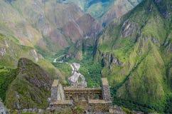 MACHU PICCHU, ΠΕΡΙΟΧΉ CUSCO, ΤΟΥ ΠΕΡΟΎ 4 ΙΟΥΝΊΟΥ 2013: Πανοραμική άποψη των βουνών Machu Picchu από Huayna Picchu Στοκ φωτογραφία με δικαίωμα ελεύθερης χρήσης