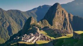 Machu Picchu στον ήλιο με τους ανθρώπους που περπατούν γύρω απόθεμα βίντεο
