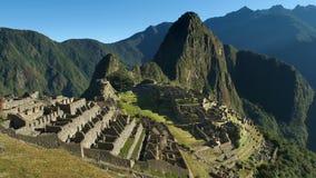 Machu Picchu στο Περού - η χαμένη πόλη της αυτοκρατορίας Incan είναι κληρονομιά της ΟΥΝΕΣΚΟ Ηλιόλουστη θερινή ημέρα με το μπλε ου στοκ φωτογραφία