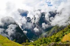 MACHU PICCHU, ЗОНА CUSCO, ПЕРУ 4-ОЕ ИЮНЯ 2013: Панорамный взгляд гор Machu Picchu от Huayna Picchu Стоковая Фотография