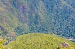 MACHU PICCHU, ЗОНА CUSCO, ПЕРУ 4-ОЕ ИЮНЯ 2013: Панорамный взгляд гор Machu Picchu от Huayna Picchu Стоковое Изображение