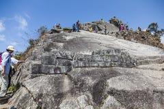 MACHU PICCHU, ПЕРУ, 12-ОЕ АВГУСТА: Тысячи посещения туристов ежедневные Стоковые Фотографии RF
