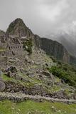 Machu Picchu пусто пасмурно туманнейше После пешего туризма на внушительном стоковые изображения rf