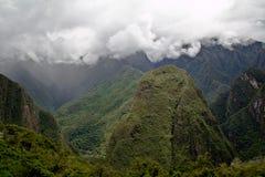 Machu Picchu пусто пасмурно туманнейше После пешего туризма на внушительном стоковые изображения
