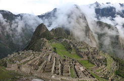 Machu Picchu avec du brouillard (de haute résolution) photos stock
