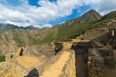 Machu Picchu belichtet durch das letzte Sonnenlicht Weitwinkelansicht von unterhalb über die glühenden Terrassen mit szenischem H Stockbild