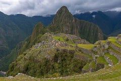 Machu Picchu con le nuvole drammatiche, Perù fotografie stock