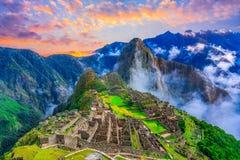 Machu Picchu, Cusco, Перу: Обзор потерянного города Machu Picchu inca с пиком Wayna Picchu, перед восходом солнца стоковые изображения