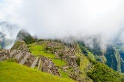 MACHU-PICCHU, CUSCO-REGION, PERU JUNI 4, 2013: Panoramautsikt av för århundradeInca för th 15 citadellen Machu Picchu Royaltyfri Bild