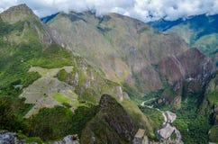 MACHU-PICCHU, CUSCO-REGION, PERU JUNI 4, 2013: Panoramautsikt av Machu Picchu berg från Huayna Picchu Fotografering för Bildbyråer