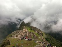 Machu Picchu in den Wolken lizenzfreies stockbild