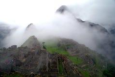 Machu Picchu en la niebla imagen de archivo libre de regalías