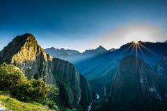Machu Picchu en la salida del sol fotos de archivo
