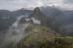 Machu Picchu i misten fotografering för bildbyråer