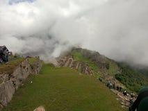 Machu Picchu i molnen arkivfoton
