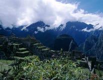 Machu Picchu, Peru com montanhas de Andes Foto de Stock