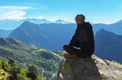 Machu Picchu que olha, Cusco, Peru fotografia de stock royalty free