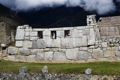 Machu Picchu tres Windows con los turistas y las nubes Fotografía de archivo