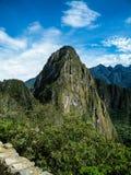Machu Picchu unter blauen Himmeln Stockfoto