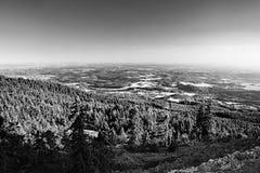 Machuv kraju region turystyczny z Bezdez wzgórzem na horizont Jested blisko Liberec miasta przy lato zmierzchem gdy przegląda od  Fotografia Stock