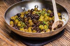 Macierzanka i oliwki w rynience Fotografia Royalty Free