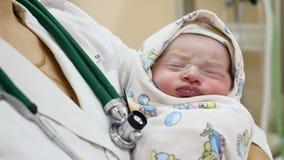 Macierzyński Domowy pojęcie Znoszący dziecko na doktorskich rękach 2-hours dziewczynka jest uśpiona nowego życia dziecko zdrowe zbiory