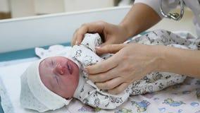 Macierzyński kliniki pojęcie niemowlak jest na stołowy dostawać gotowy dla medycznych procedur Nowonarodzony szczepienie Dzieci z zbiory wideo