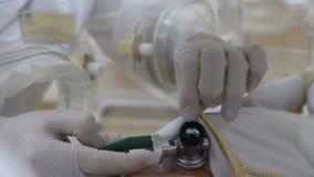 Macierzyński nome pojęcie Zakończenie w górę lekarek ręk z fonendoskopu działaniem w inkubacyjnym aparacie lub couveuse A zdjęcie wideo