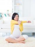Kobieta w ciąży joga w domu. Fotografia Royalty Free