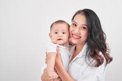 Macierzyństwa i stylu życia pojęcie Uśmiechnięta potomstwo matka z litt obraz royalty free