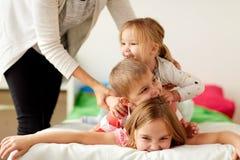 Macierzyści i szczęśliwi małe dzieci ma zabawę w domu Obraz Royalty Free