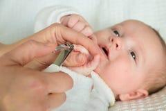 Macierzyści tnący dziecko paznokcie Zdjęcia Royalty Free