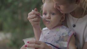 Macierzysta żywieniowa mała córka outside zdjęcie wideo
