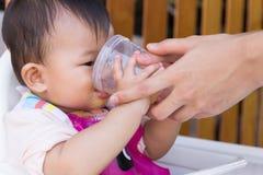 Macierzysta żywieniowa polewki woda dla dzieciaka osiem miesięcy w domu Obrazy Stock