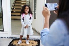 Macierzysta Bierze fotografia córka Z telefonem komórkowym Na Pierwszy dnia plecy Przy szkołą zdjęcia royalty free